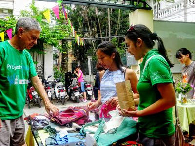ベトナムで海外インターンシップ マーケットで伝統工芸品を販売するビジネスインターン