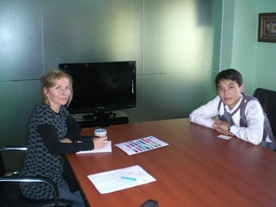 モンゴルで海外インターンシップ スタッフと会議中のビジネスインターン