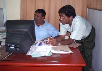 スリランカ、ビジネスインターン、オフィスで働く社員