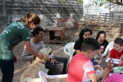 アルゼンチンのコルドバでドッグセラピーイヌとの触れ合い方を教えるプロジェクトアブロードのボランティア