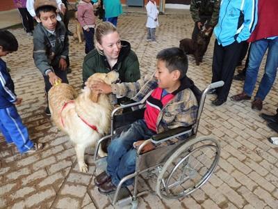 ボリビア、特別支援施設でドッグセラピーをするプロジェクトアブロードボランティア