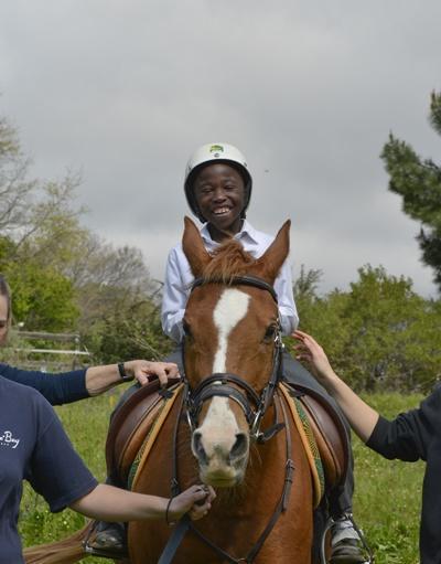 南アフリカの乗馬セラピーを受ける地元の子供
