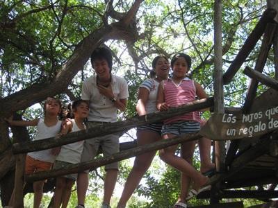 南米アルゼンチンの幼稚園で子供のケアにあたる日本人ボランティアと現地の子供たち