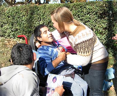 アルゼンチン、車椅子の子供を手助けするプロジェクトアブロードボランティア