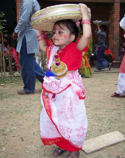 バングラデシュで地元のお祭りに参加する少女