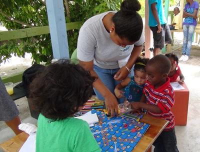 ベリーズのケアホームで活動するスタッフと子供たち