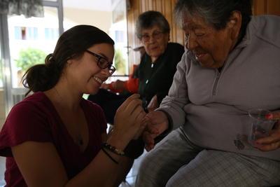 ボリビアで海外ボランティア お年寄りのケアにあたるプロジェクトアブロードのボランティア
