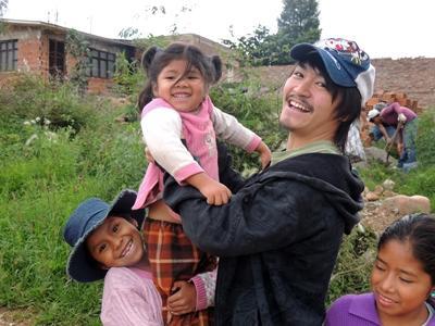 ケアボランティアで子供のお世話をしている日本人大学生