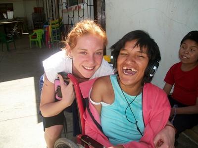 ボリビア、車椅子の少女とプロジェクトアブロードボランティア