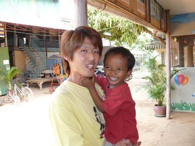 カンボジアのケアボランティアとケアセンターの子供