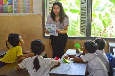 カンボジアのデイケアセンターで基礎教育を行う日本人ケアボランティア
