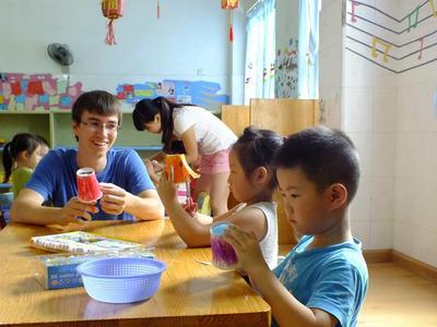 中国でチャイルドケアの海外ボランティア 図画工作中のボランティアと現地の子供たち