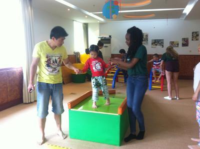 中国でチャイルドケアの海外ボランティア 自閉症の子供のケアにあたるボランティアたち