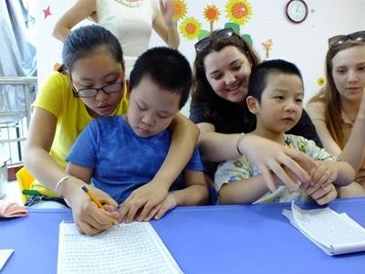 中国、ケアセンターで朝ストレッチをする子ども