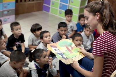 コスタリカで海外ボランティア 子供たちに本を読み聞かせるボランティア