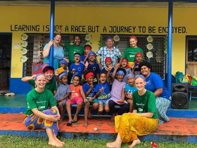 フィジーでチャイルドケアの海外ボランティアに取り組む日本人ボランティアとその仲間たち