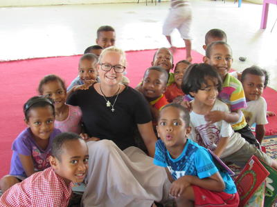 好奇心旺盛のフィジーの子供たちとチャイルドケアボランティア