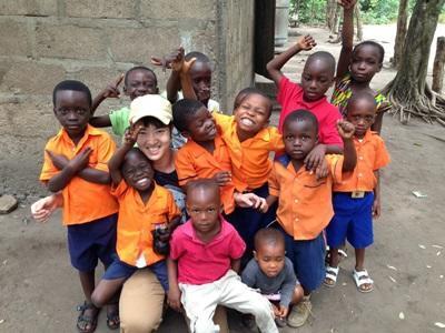 ガーナのケアセンターの子供と日本人ボランティア