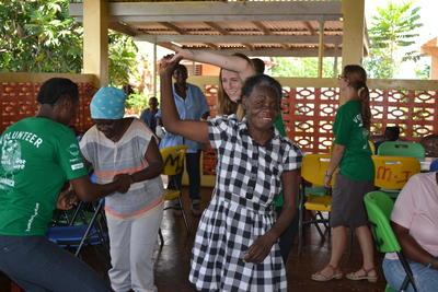 ジャマイカのお年寄りとダンスを通して交流するケアボランティアの様子