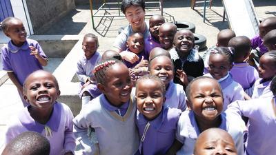 ケニアでチャイルドケア 子供たちと一緒に遊ぶ日本人ボランティア