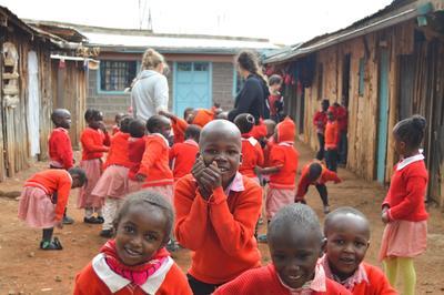 アフリカのケニアで子供たちのケアに貢献する海外ボランティア