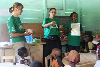 マダガスカルでチャイルドケアの海外ボランティア 歯磨き指導を行うボランティア