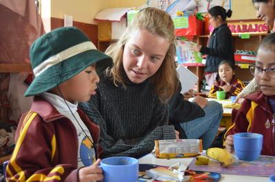 南米ペルーで海外ボランティア チャイルドケアにあたるデンマーク人ボランティア