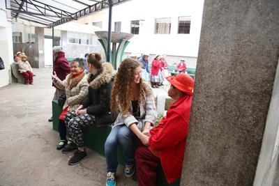 ペルーで高齢者介護にあたるボランティアたち