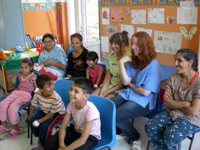 ルーマニア、ケアプロジェクト、孤児院で授業をするスタッフとプロジェクトアブロードボランティア