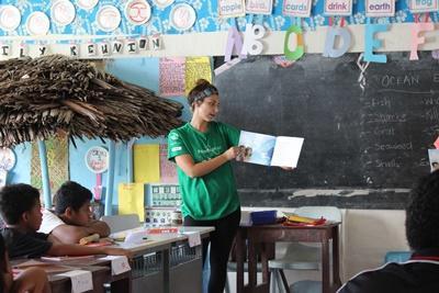 サモアのケア施設で物語を読んで聞かせるボランティア