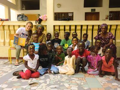 西アフリカのセネガルでチャイルドケアに貢献するボランティアと現地の子供たち
