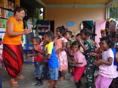 スリランカの子供たちとゲームを行うケアボランティアの様子