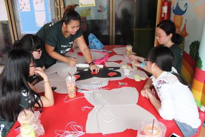 タイで国際ボランティア チャイルドケアに励むボランティアたち