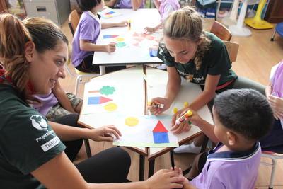 タイで海外ボランティア チャイルドケアにあたるボランティアたち