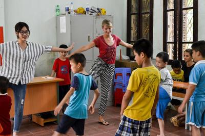 東南アジアのベトナムで子供のケアの海外ボランティア