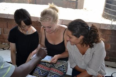 ガーナ、HIV/AIDSケアプロジェクトにてアウトリーチ活動をするプロジェクトアブロードボランティア