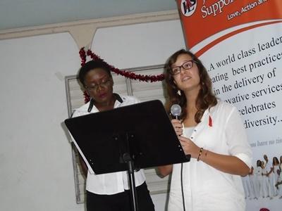世界エイズデーでHIVについてプレゼンをするジャマイカで活動するボランティア