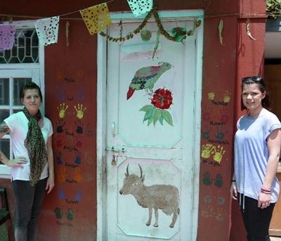 ネパール、HIV/AIDSプロジェクト、ドアをペイントするプロジェクトアブロードボランティア