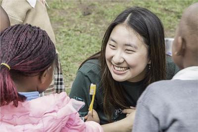 アフリカのケニアで子供のケア活動 歯磨き指導に貢献する日本人ボランティア