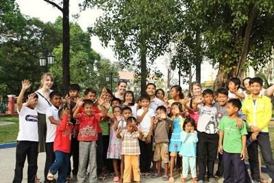 カンボジア、海洋保護プロジェクト、ビーチの清掃を終えた後、子どもとプロジェクトアブロードボランティア