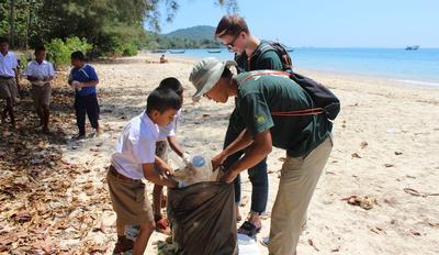 タイで環境保護ボランティア 地元の子供たちとビーチでゴミ拾い