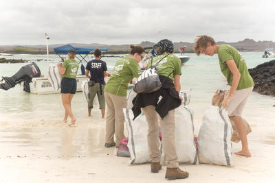 エクアドルで海外ボランティア ビーチ清掃にあたる環境保護ボランティア