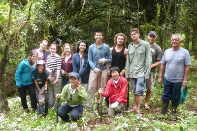 エクアドルのガラパゴス諸島で環境保護活動に貢献するボランティアたち