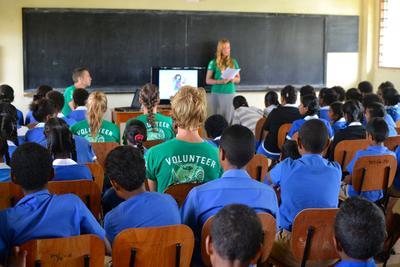 フィジーの地元の学校で、環境保護教育を行うボランティアたち