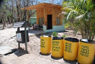 コアスタリカ、環境保護プロジェクト、ビンをリサイクルするプロジェクトアブロードボランティア