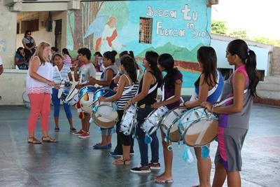 プロジェクトアブロードのボランティアに音楽を教わるエクアドルの子供たち