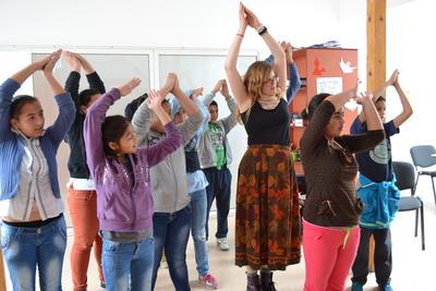 ルーマニアでドラマプロジェクト ボランティアとルーマニアの子供たちのリハーサルの様子