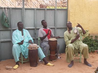 セネガル、音楽プロジェクト、ドラムを演奏する現地の人