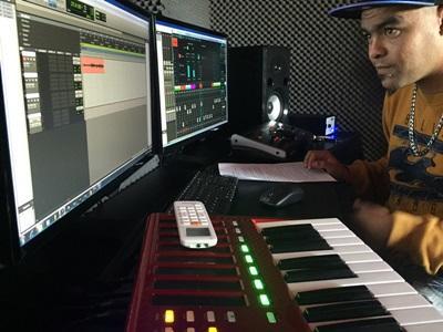 インターンが南アフリカの最新鋭のスタジオにて音楽制作・編集をしている様子