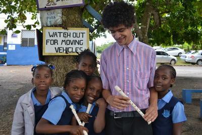 ジャマイカの学校で音楽を教える海外ボランティア